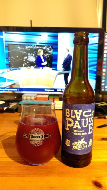 """Bierflasche mit Namen """"Blaupause"""", das Bier in Glas hat eine rotblaue Farbe"""