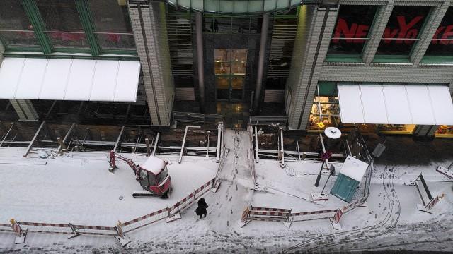Leicht verschneite Straße