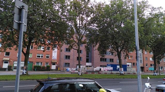 Backstein-Neubau zwischen zwei älteren Backsteinbauten