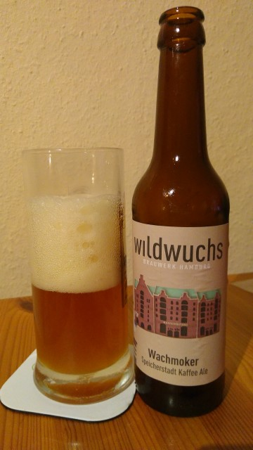 Bierglas neben Bierflasche
