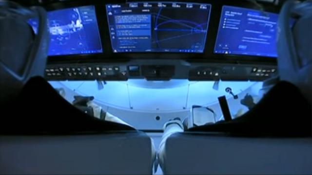 SpaceX Dragon Cockpit mit drei Touchscreens und wenigen Schalten und Knöpfen