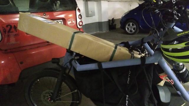 Langes Paket vorne auf der Ladefläche des Lastenrades