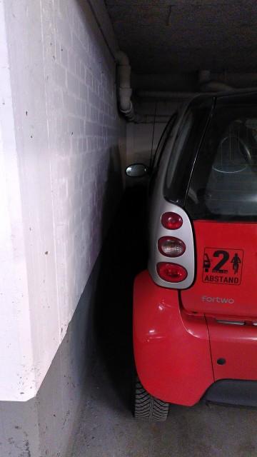 Linksseitig sehr eng an einer Wand geparkter smart.