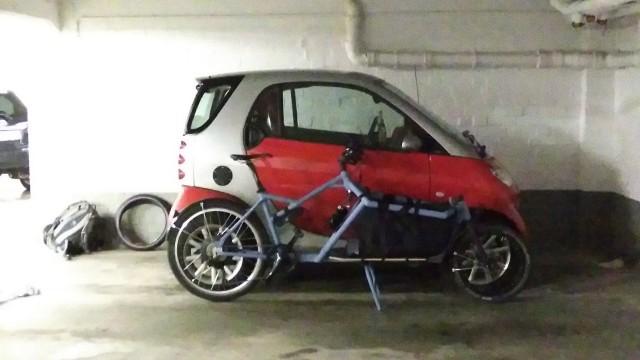 smart und Lastenrad hintereinander.