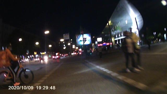 Lieferando-Radler ist am Abbiegen und kreuzt meinen Weg