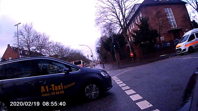 Taxi kreuzt, Radfahrer muss Vollbremsung machen
