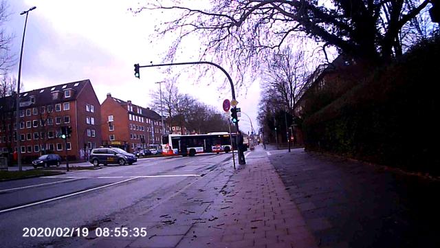 Taxi steht mitten auf der Kreuzung