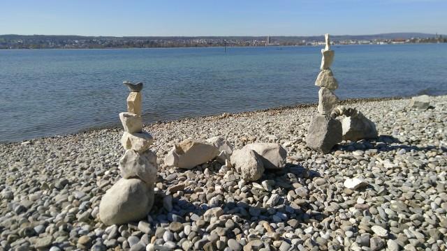 aufeinander gestapelte Steine am Strand