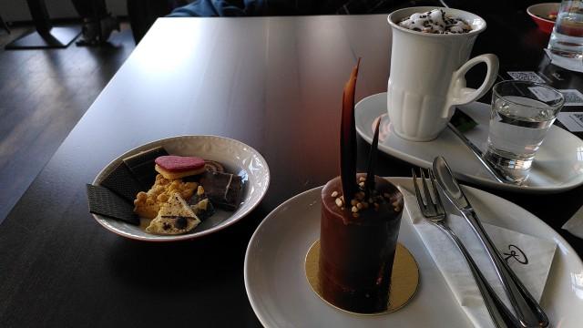 Törtchen, Trinkschokolade und süße Auswahl