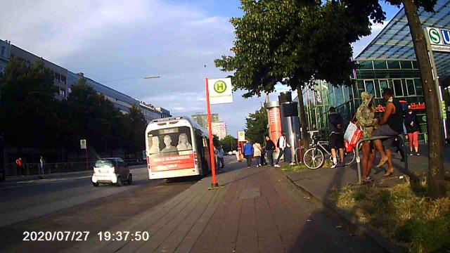 Zwei Fußgänger mit Kinderwagen auf dem Radweg - Bild aus der Ferne