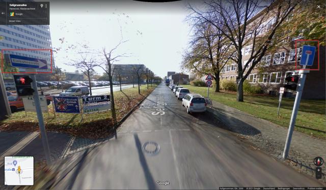 Straße mit Einbahnstraßenschild auf der linken Seite und Sackgassenschild auf der rechten Seite
