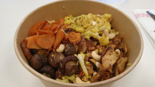 Bowl aus Blumenkohl, Karotten, Kartoffeln, Cashewkernen und Sellerie-Scheiben.
