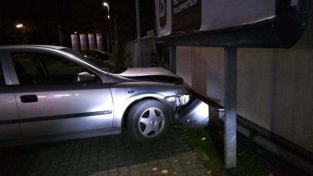 Auto mit zerstörter Front, das gegen ein Schild gefahren ist.