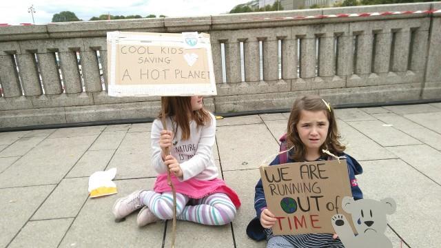 zwei Kinder mit Plakaten