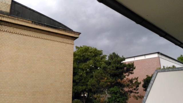 Blick in den Himmel mit einer tiefdunklen Wolkendecke